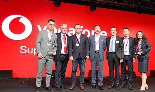 Ninian Wilson, Global Supply Chain Director & CEO of VPC (second from left), presented the award to Vincent Pang (third from left), President of Huawei Western European Region, and Eric Yang (first from left), President of the Huawei Vodafone Account