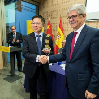 Tony Jin Yong(Left), CEO of Huawei Spain, received the award from Alfonso Dastis, Spain Minister of Foreign Affairs during the ceremony