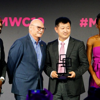 Zhou Yuefeng, Chief Marketing Officer (CMO) for Huawei Wireless Solution receiving the award